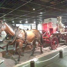 昔の消防車、馬が引いていた