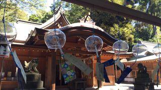 インスタ映えする救邪苦風鈴が風情ある神社です。孔雀がいる神社です。