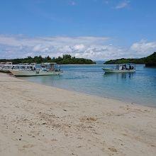川平湾の砂浜と海の風景です。ボートが充実。