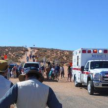 救急車が来ている危険な観光地。正面の丘の先が峡谷