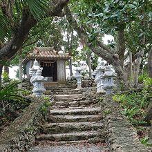 川平公園にある小さな神社の川平観音堂。海岸の景色と合ってます
