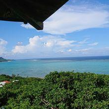 展望台から見える波が遠くの棚で砕ける景色。絶景です。