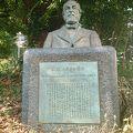 写真:K.Wハラタマ博士顕彰碑