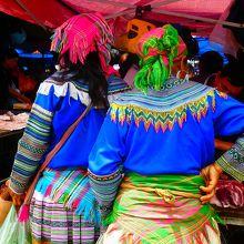 色鮮やかな衣装を着た少数民族