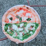 海岸沿いでピザ