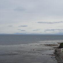 水平線に知床半島が見えます