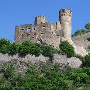 ライン川クルーズでリューデスハイムを出港してすぐに見えてきた廃墟の城