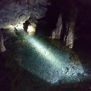洞窟の中にある湖