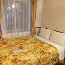 ビジネスホテルにしては広めのベッド