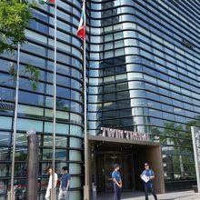 現在の日本大使館は、すぐ近くのツインタワーに入っています