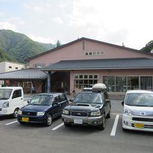 短時間ならば無料駐車可能、鹿教湯温泉の情報収集に便利