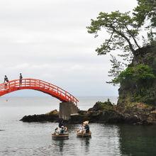 朱い橋を渡って一周できます。