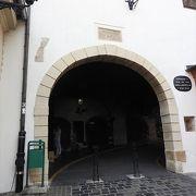 中に礼拝堂もある門