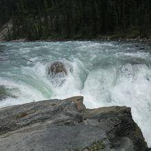 滝へ入る道の目印