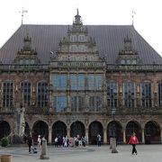 重厚建物と解放感広場