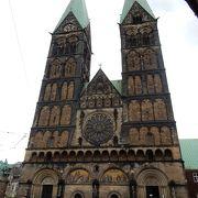 市庁舎右ののっぽ教会