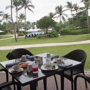 朝食は、ぜひアウトサイドのテーブルへ!お洒落で優雅な気分になれますよ。