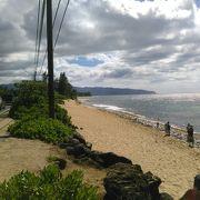 (ラニアケア)ビーチに人だかりが見えたらそこには、亀がいますので、覗いて見て下さい。