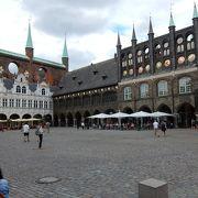 市庁舎前 面積はかなり広い