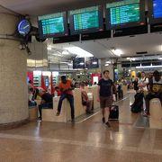 旧市街からは外れていますが、リヨンのハブ駅です。