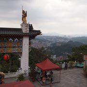 色鮮やか、きらびやかな寺院