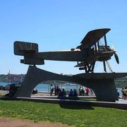 かつて大海原を旅した飛行機のモニュメント
