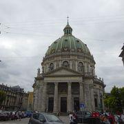 巨大なドーム状の教会