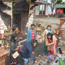 地元民は寺院で参拝して戻るが、観光客はその風習を見るくらい。