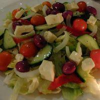 シェアしたギリシャ風サラダのほか…、