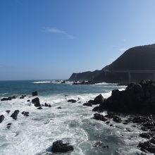 白波が押し寄せる海岸