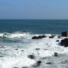 白波が奇岩に押し寄せます