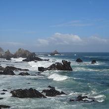 近くにも遠くにも奇岩が続きます