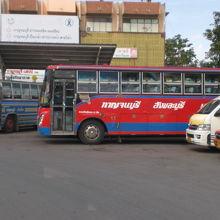 カンチャナブリバスターミナルで待機する大型バスとミニバスです