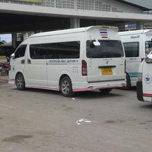 アランヤプラテートのバスターミナルにおけるミニバスの列です。