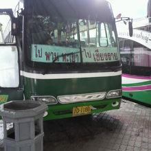 タイ北部の国境メーサイのバスターミナルでのミニバスと大型バス