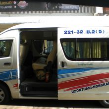 タイとラオスの国境の都市ノンカイにおけるミニバスの活躍です。