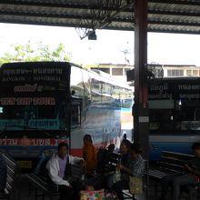ラオスとの国境にあるタイのノンカイのバスターミナルのバスです