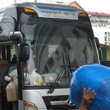 タイとカンボジアの都市間国際バスは、さすがに大型バスです。