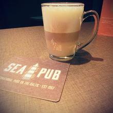 船尾付近のSEA PUBで。ビールでなくてカフェラテです。