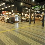新幹線の主要乗り換え駅でなくなったため,少し寂しくなったが,お土産屋は沢山ある