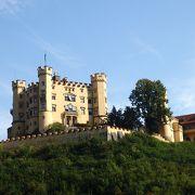こじんまりした、黄色のかわいいお城!ルートヴィヒ2世は、ここから望遠鏡で、建築中のノイシュバンシュタイン城を眺めていたのだとか!