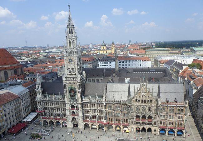 ペータース教会の塔の上から見た新市庁舎。