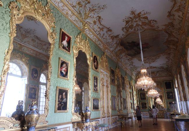 グリーンギャラリー。壁には鏡と絵画がたくさん!