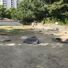 本丸跡の礎石建物跡・井戸跡