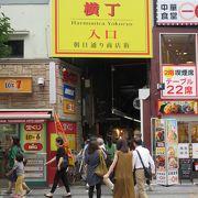 入り組んだ路地に100軒ほどの店が並んでいます