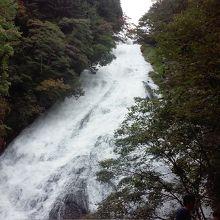 裾広がりで豪華な滝でした。