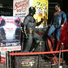 新作映画のDVDにちなんでバットマンの人形が飾られてました