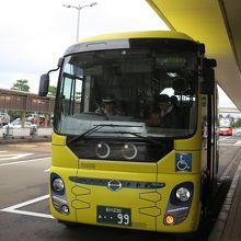 黄色い小さめバス
