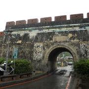 歴史を感じる門