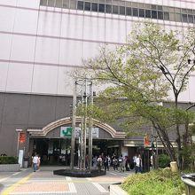 駅前の広場です。ヤマダ電機側。